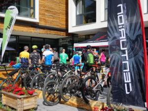 Treffpunkt beim Alpen-Buike-Gipfel in Tirol. Gleich starten unsere Teilnehmer auf verschiedene geführte MTB-Touren mit den beitune Guides.
