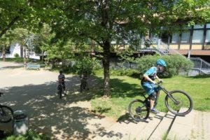 Treppen hochfahren scheint unmöglich? Beim MTB-Fahrtechniktraining zeigen Dir unsere Guides, was Du mit Deinem Bike so alles anstellen kannst.