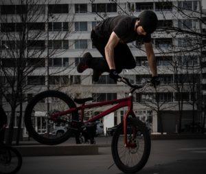 Auf dem Hinterrad hüpfen, Drehungen, Sprünge und viele weitere Stunt gehören zum Programm bei der beitune Street-Trial-Show